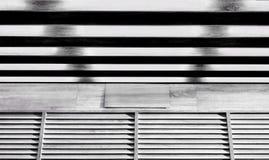 Svartvit träskyltfönster med skugga Arkivbilder