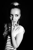 Svartvit uttrycksfull stående av bärande band för en ung stilfull kvinna i studion arkivfoton