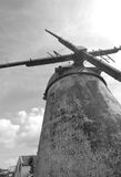 Svartvit väderkvarn underifrån i azores Arkivbilder