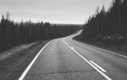 Svartvit väg till oändligheten arkivbild