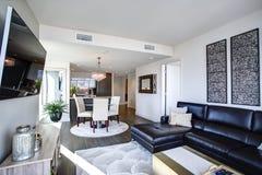 Svartvit vardagsrum med modern design royaltyfri fotografi