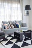 Svartvit vardagsrumfärgsignal med den moderna gråa soffan royaltyfria foton