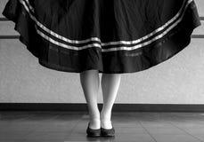 Svartvit version av positionen för teckenbalettparallell med den rymda kjolen Royaltyfri Fotografi
