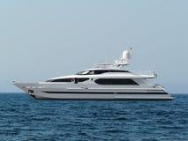 Svartvit yacht på vattnet På havs- och himmelbackgrounen Fotografering för Bildbyråer