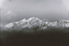 Svartvita berg i vinter Arkivbild