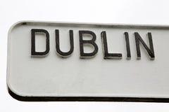 Svartvita Dublin Signpost royaltyfri bild