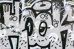 Svartvita grafitti modern gatakonst på stadsväggar Royaltyfri Foto