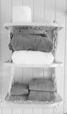 Svartvita handdukar på hyllor royaltyfri bild
