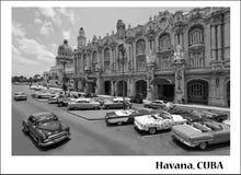 Svartvita klassiska bilar i mitten av havannacigarren i Kuba Svartvitt som dras av havannacigarrstad Arkivfoto
