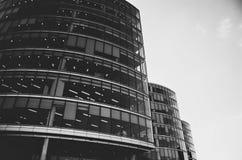 Svartvita London kontorsbyggnader - royaltyfri fotografi