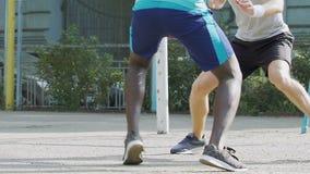 Svartvita män som spelar basket utanför sommar som dreglar, konkurrens stock video