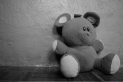 Svartvita mjuka fluffiga Teddy Bear Left Laying On golvet arkivfoto