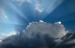 Svartvita moln med solstråle på blå himmel royaltyfri fotografi