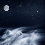 Svartvita moln och måne Royaltyfri Bild