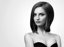 Svartvita studioskott av en flott ung kvinna med kortslutning royaltyfria bilder