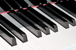 Svartvita tangenter av ett piano Arkivfoton