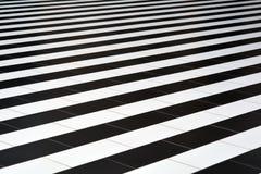 Svartvita tegelplattor på golvet royaltyfri foto