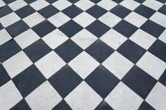 Svartvita tegelplattor Schackgolv arkivbilder