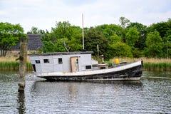 Svartvitt ankare för husfartyg på kanalen royaltyfria foton