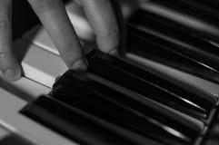 Svartvitt atmosfäriskt foto för närbild av fingrar som spelar pianot tangenter Begrepp: Skapa för musik som komponerar, lyriska d Arkivfoto