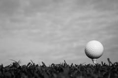 Svartvitt av golfboll på utslagsplats royaltyfri fotografi