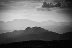 Svartvitt berglandskap arkivbilder