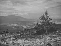 Svartvitt berglandskap uppifrån av det Pilsko berget i Polen, en sikt av Babia Góra royaltyfri bild