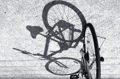 Svartvitt en cykel Arkivbild