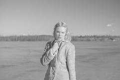 Svartvitt, en solig dag nära sjön och en härlig flicka Arkivfoton
