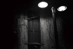 Svartvitt fönster på natten Arkivbild