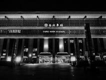 Svartvitt foto av byggnad taipei för huvudsaklig station Arkivbild