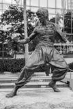 Svartvitt foto av den Bruce Lee statyn Arkivfoto