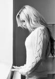 Svartvitt foto av den ensamma unga kvinnan arkivfoton