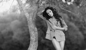 Svartvitt foto av en härlig modell med långt hår Royaltyfria Foton