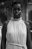 Svartvitt foto av en kenyansk kvinna royaltyfri foto