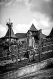 Svartvitt foto av en modegrabb med ett påseanseende på th Royaltyfri Bild