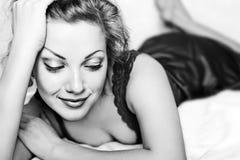 Svartvitt foto av en romantisk flicka Arkivbild