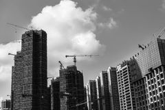 Svartvitt foto av konstruktion av skyskrapor på en bakgrund av klar himmel Royaltyfri Fotografi