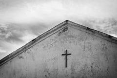 Svartvitt foto av korset på taket av den gamla kyrkan royaltyfria bilder