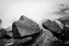 Svartvitt foto av kusten Arkivfoton