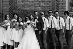 Svartvitt foto av paren med vännerna arkivfoton