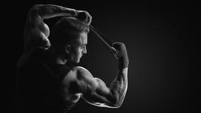 Svartvitt foto av sjalhänder för stark man på svart backgrou royaltyfria bilder