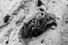 Svartvitt foto av tappningbilen på sanden arkivfoton