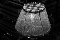 Svartvitt fotografi av tappning snör åt den skinande lampskärmcloseupen Sjaskig chic lampdekor Den Retro lampan som dekoreras med fotografering för bildbyråer