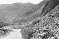 Svartvitt fotografi av vägen för Altay berg, en väg utan asfalt, lösa Altai, Altai republik, Ryssland royaltyfri bild
