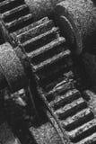 Svartvitt gammal & grungekugghjul på det gamla branschinstrumentet Arkivfoton