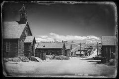 Svartvitt gammalt foto för tappning av en västra spökstad Bodie Arkivfoto