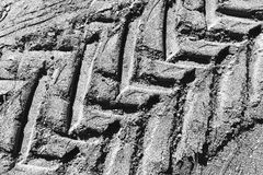 Svartvitt gummihjulfotspår i smutstexturbakgrund Royaltyfria Bilder