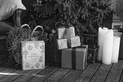 Svartvitt julgran med gåvaaskar, julinre royaltyfri bild