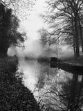 Svartvitt kanalfartyg på dimmig morgon Royaltyfri Fotografi